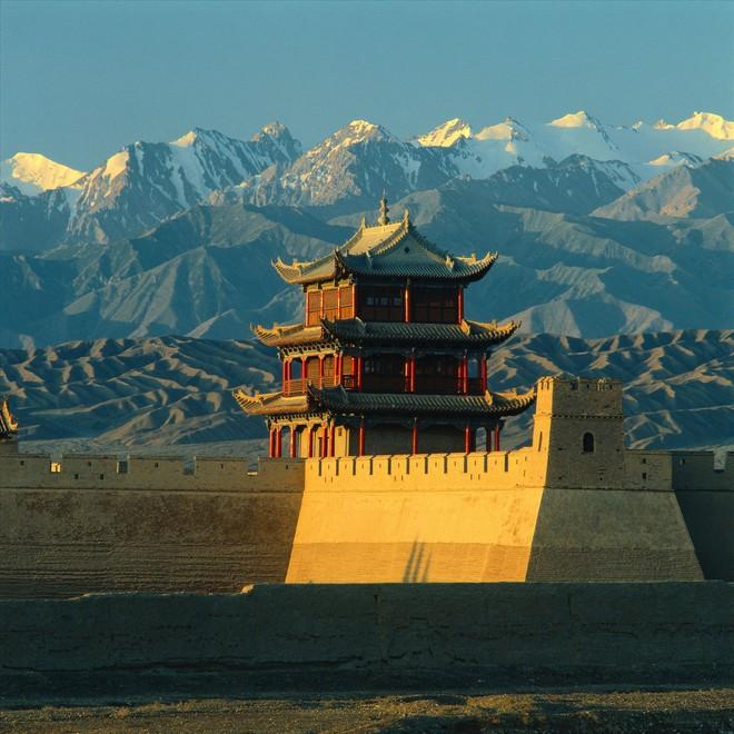 Nằm trong một khu vực sa mạc của Cam Túc, Jiayuguan là cổng đầu tiên ở cuối phía tây của tường thành. Được xây dựng như một pháo đài biên giới vào năm 1372, sau đó nó được đưa vào Vạn Lý Trường Thành.