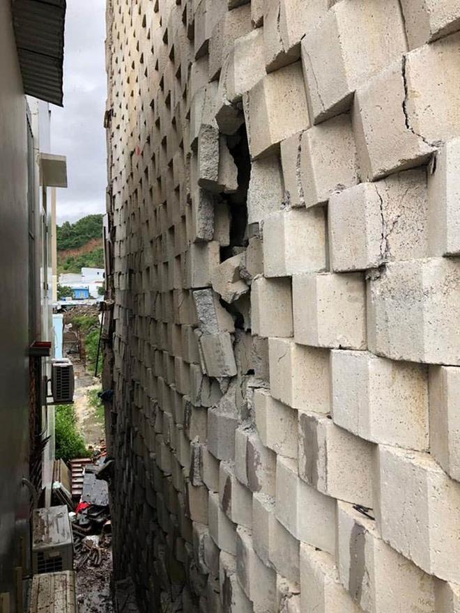 Tường thành khổng lồ trái phép ở Nha Trang bắt đầu đổ - Ảnh 1.