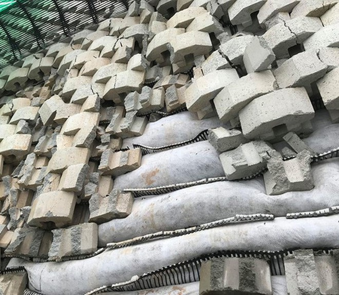 Tường thành khổng lồ trái phép ở Nha Trang bắt đầu đổ - Ảnh 2.