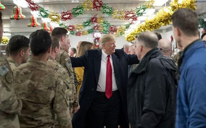 """Bí mật thăm căn cứ Mỹ trong đêm, ông Trump bị """"kình địch"""" thách đi lại ở Baghdad giữa ban ngày"""