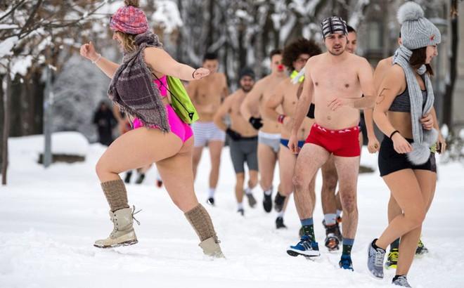 24h qua ảnh: Mặc đồ bơi thi chạy giữa tuyết trắng tại Serbia