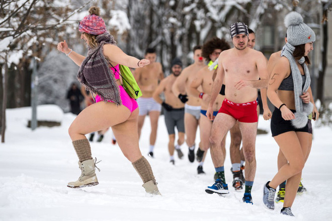 24h qua ảnh: Mặc đồ bơi thi chạy giữa tuyết trắng tại Serbia - Ảnh 3.