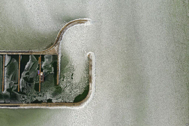 24h qua ảnh: Mặc đồ bơi thi chạy giữa tuyết trắng tại Serbia - Ảnh 10.