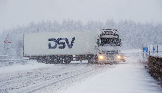 24h qua ảnh: Mặc đồ bơi thi chạy giữa tuyết trắng tại Serbia - Ảnh 6.