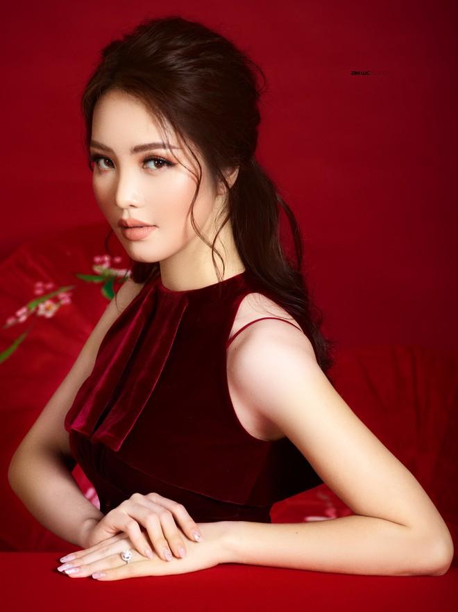 Bất ngờ với nhan sắc trẻ, đẹp của mẹ Á hậu Thụy Vân - Ảnh 3.