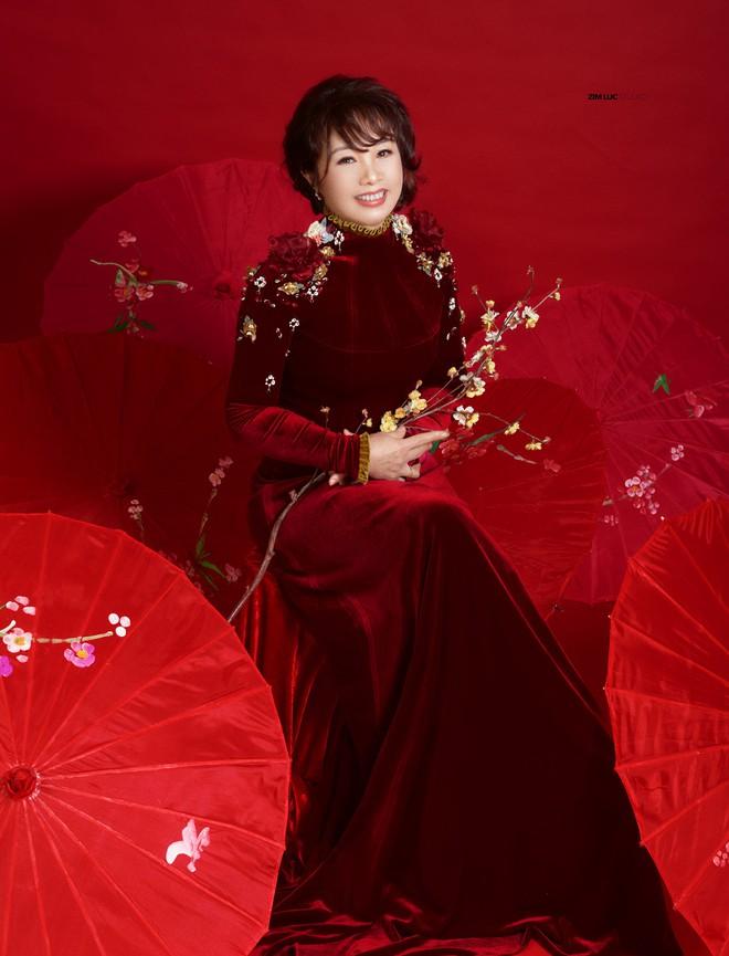 Bất ngờ với nhan sắc trẻ, đẹp của mẹ Á hậu Thụy Vân - Ảnh 2.