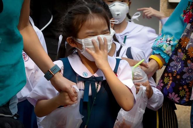 24h qua ảnh: Hàng triệu người Trung Quốc hối hả chờ tàu về quê ăn Tết - Ảnh 10.