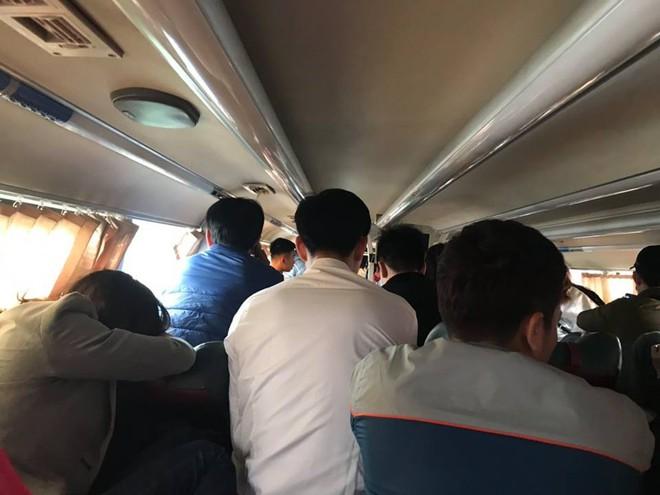 Bên trong những chuyến xe khách ngày cận tết khiến nhiều người ám ảnh - Ảnh 2.