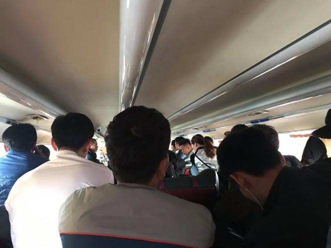 Bên trong những chuyến xe khách ngày cận tết khiến nhiều người ám ảnh - Ảnh 3.