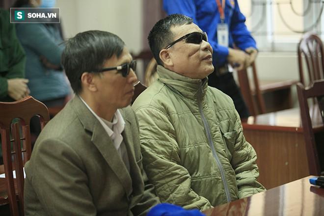 Trao tặng quà Tết tận tay người mù nghèo 3 huyện ngoại thành Hà Nội - Ảnh 1.