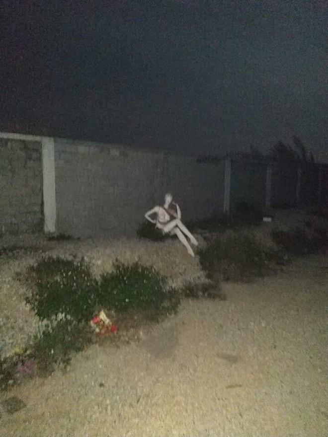 Điếng người trước hình ảnh cô gái chân dài ngồi tạo dáng bên lề đường giữa đêm - Ảnh 1.