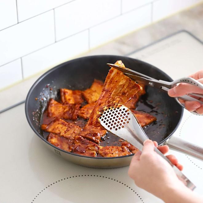 Học người Hàn cách làm món thịt áp chảo ngon ngất ngây ăn mùa lạnh hợp vô cùng - Ảnh 5.