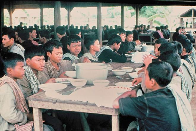 Cuộc sống dưới thời Khmer Đỏ: Khổ đến chết, nhưng không dám chết - Ảnh 2.