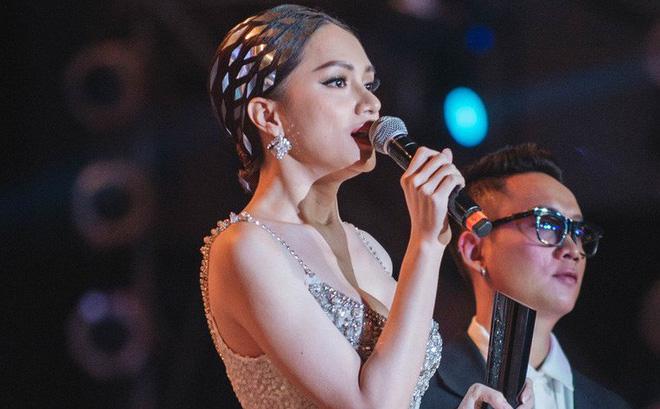 """Bài phát biểu truyền cảm hứng mạnh của Hương Giang tại Gala WeChoice: """"Cậu bé đen đúa ngày đó giờ đây mặc trên người chiếc đầm đuôi cá, đầu đính pha lê"""""""