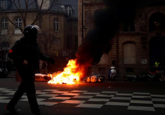 Ảnh: Biểu tình bạo lực Pháp tiếp diễn, người phát ngôn chính phủ trốn khỏi văn phòng - Ảnh 1.