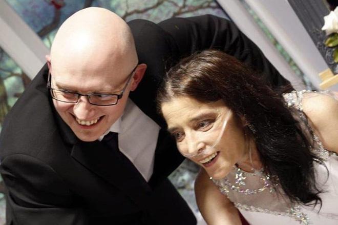 Cầu hôn bạn trai trẻ hơn 8 tuổi suốt 14 năm, người phụ nữ bị ung thư cuối cùng toại nguyện - Ảnh 1.