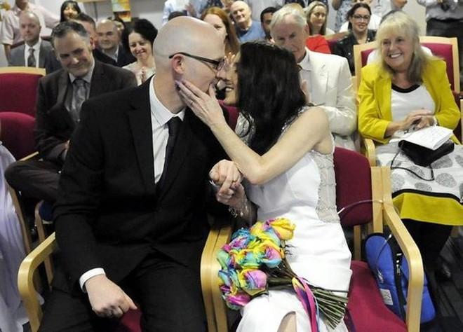 Cầu hôn bạn trai trẻ hơn 8 tuổi suốt 14 năm, người phụ nữ bị ung thư cuối cùng toại nguyện - Ảnh 2.