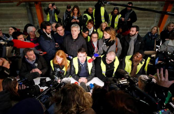 Ảnh: Biểu tình bạo lực Pháp tiếp diễn, người phát ngôn chính phủ trốn khỏi văn phòng - Ảnh 2.