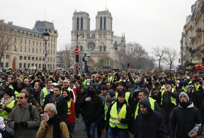 Ảnh: Biểu tình bạo lực Pháp tiếp diễn, người phát ngôn chính phủ trốn khỏi văn phòng - Ảnh 4.