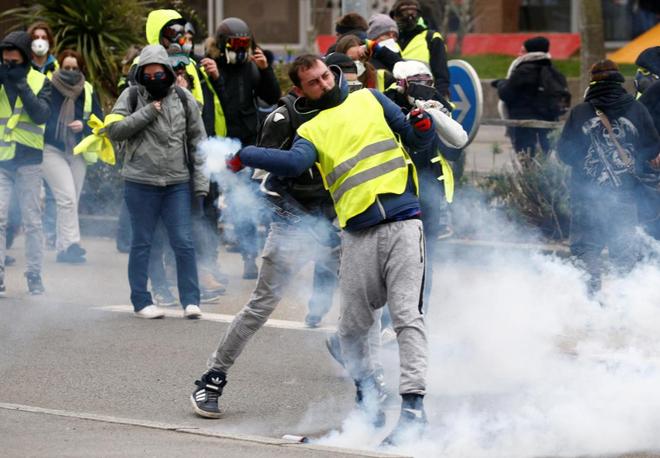 Ảnh: Biểu tình bạo lực Pháp tiếp diễn, người phát ngôn chính phủ trốn khỏi văn phòng - Ảnh 5.