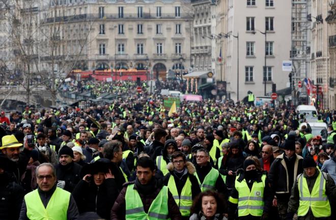 Ảnh: Biểu tình bạo lực Pháp tiếp diễn, người phát ngôn chính phủ trốn khỏi văn phòng - Ảnh 6.