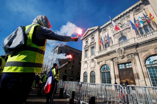 Ảnh: Biểu tình bạo lực Pháp tiếp diễn, người phát ngôn chính phủ trốn khỏi văn phòng - Ảnh 7.