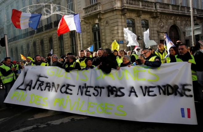 Ảnh: Biểu tình bạo lực Pháp tiếp diễn, người phát ngôn chính phủ trốn khỏi văn phòng - Ảnh 8.