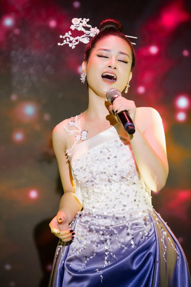 Dương Hoàng Yến sánh đôi Huỳnh Lập trên thảm đỏ - Ảnh 4.