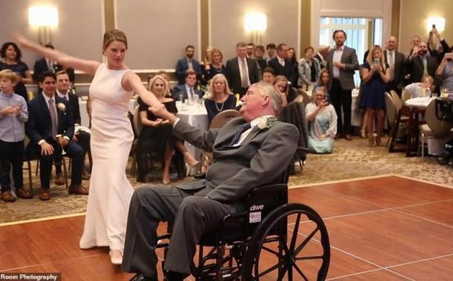 Cha già ngồi xe lăn nhảy cùng con gái trong lễ cưới gây xúc động
