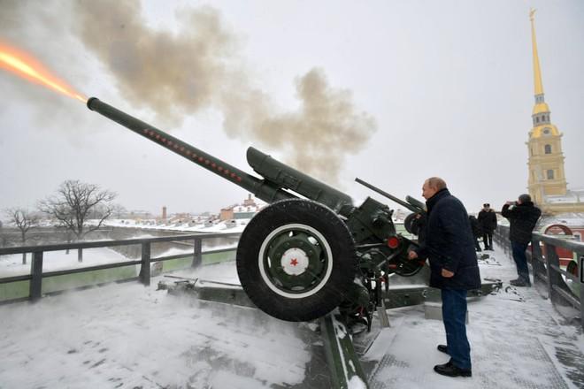 24h qua ảnh: Tổng thống Nga Putin bắn đại bác trên pháo đài cổ - Ảnh 3.