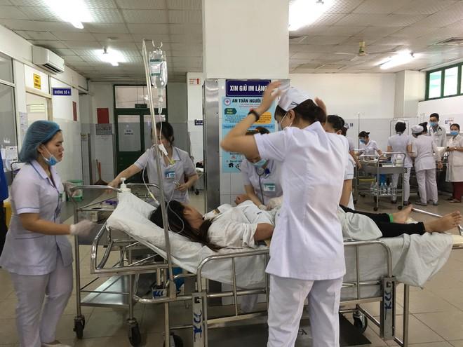 Vụ xe khách chở hàng chục sinh viên lao xuống đèo Hải Vân: 1 người đã tử vong - Ảnh 2.