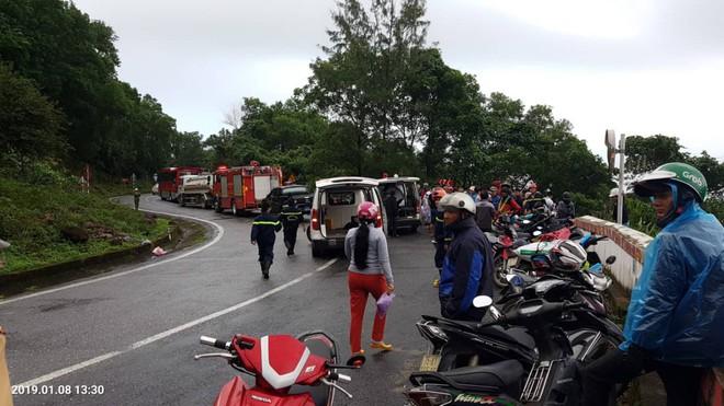 Xe khách chở hàng chục sinh viên và giáo viên lao xuống vực ở đèo Hải Vân, một nạn nhân đứt lìa cánh tay - Ảnh 1.