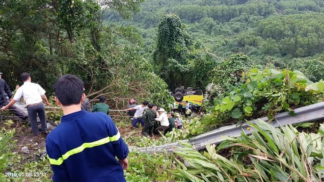 Hiện trường kinh hoàng vụ xe khách chở hàng chục sinh viên lao xuống vực sâu ở đèo Hải Vân - Ảnh 1.