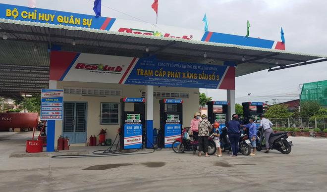 Chủ tịch Cần Thơ chỉ đạo dẹp cây xăng bán lụi trên đường Nguyễn Văn Cừ - Ảnh 1.