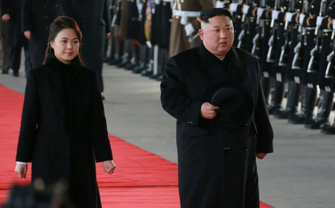 Tại sao nhà lãnh đạo Triều Tiên Kim Jong-un mặc áo khoác đen, đội mũ đen khi đến Bắc Kinh?