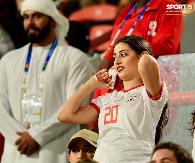 Fangirl Iran đẹp xuất thần trong ngày đội nhà giành chiến thắng đậm trước Yemen - Ảnh 1.