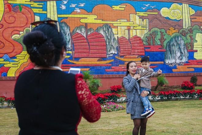 Những hình ảnh về bức phù điêu gốm màu lớn nhất Việt Nam - Ảnh 13.