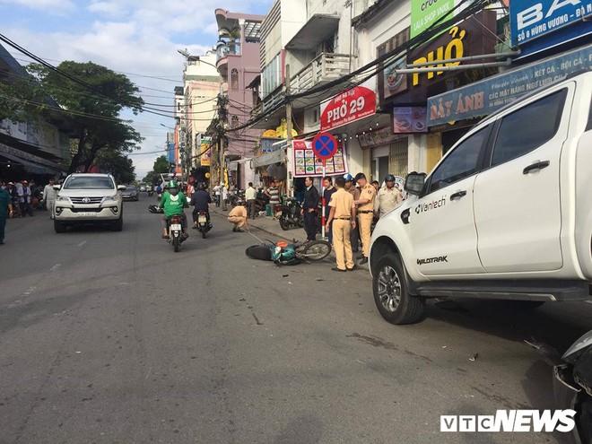 Xe 'điên' lùi 30m đâm liên hoàn 2 xe máy và xe hơi đang đậu bên lề đường ở Đà Nẵng - Ảnh 3.