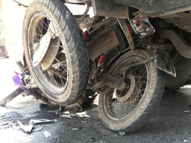 Xe ben ôm cua kéo lê xe máy 3 bánh, cụ ông khuyết tật nguy kịch - Ảnh 2.