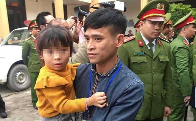 Xét xử vụ chạy thận: Bé gái được vào tòa vài phút để hát cho bố là bị cáo nghe