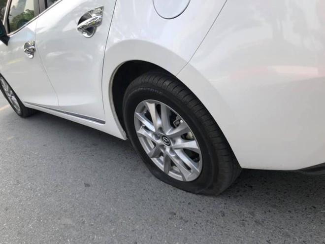 Rối trí vì ô tô xịt lốp giữa đường, nữ tài xế được 2 chiến sĩ CSGT kịp thời giải cứu - ảnh 2