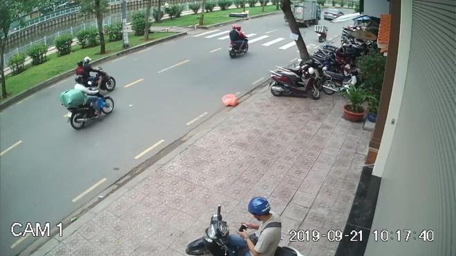 Cô gái bị 4 tên cướp giật túi ngã 2 lần, kéo lê trên đường Sài Gòn - Ảnh 2.