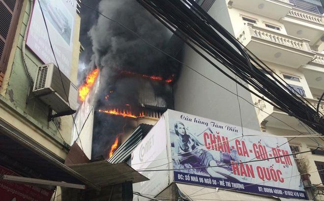 Hà Nội: Cháy dữ dội cửa hàng chăn ga gối đệm giữa trưa