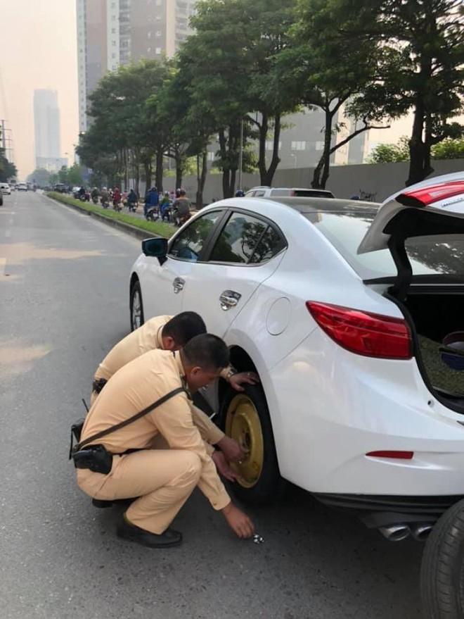 Rối trí vì ô tô xịt lốp giữa đường, nữ tài xế được 2 chiến sĩ CSGT kịp thời giải cứu - ảnh 3