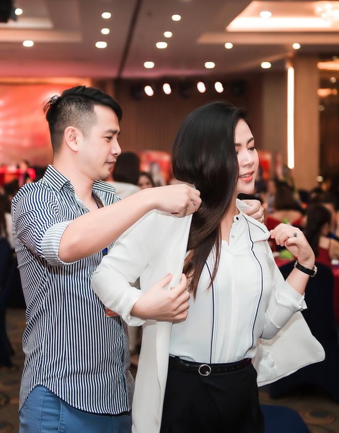 Ngọc Hiền tái xuất sau hơn 1 tháng sinh con thứ 3, thoải mái hôn chồng tại sự kiện - Ảnh 4.