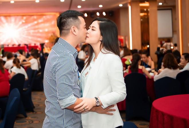 Ngọc Hiền tái xuất sau hơn 1 tháng sinh con thứ 3, thoải mái hôn chồng tại sự kiện - Ảnh 3.