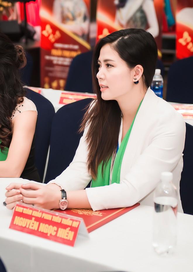 Ngọc Hiền tái xuất sau hơn 1 tháng sinh con thứ 3, thoải mái hôn chồng tại sự kiện - Ảnh 6.