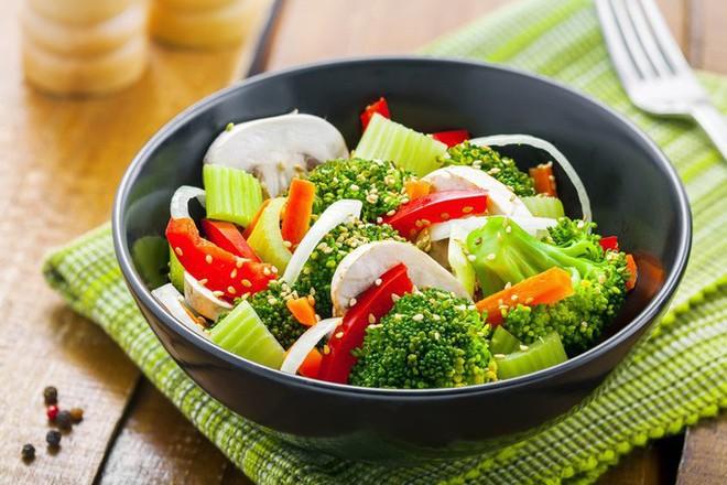 Cách ăn rau tưởng ngon, lành mạnh nhưng phá hoại cơ thể bạn - Ảnh 1.
