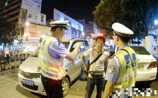 Gây gổ với cảnh sát khi bị bắt xe, người đàn ông còn làm điều khó chấp nhận này