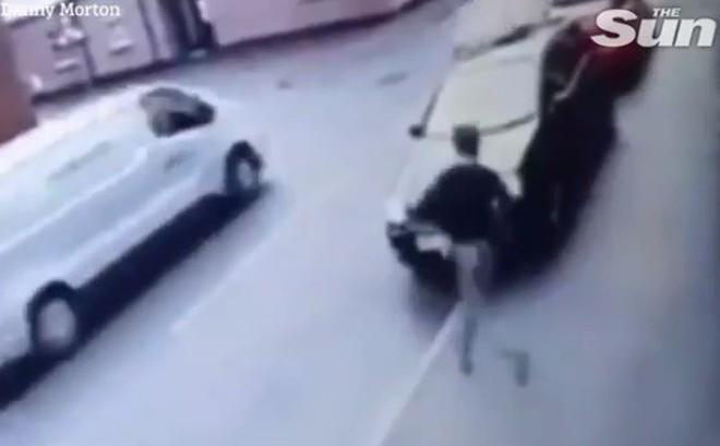 Lao ra khỏi cửa hàng, kẻ trộm đụng ngay chiếc ô tô đang chạy nhanh và cái kết không thể đau hơn